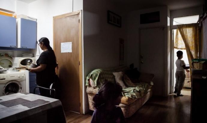 Una família fa vida en un pis de lloguer. Font: Caritas