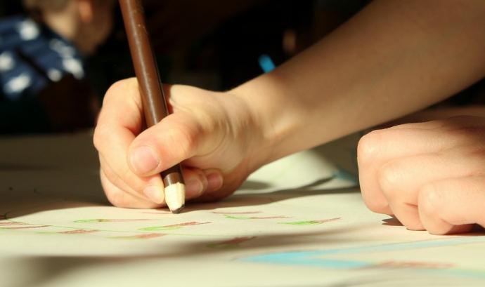 En el projecte de l'Associació Nou Horitzó els infants dibuixen els contes que llegeix la gent gran per trencar amb la bretxa generacional. Font: Pixabay
