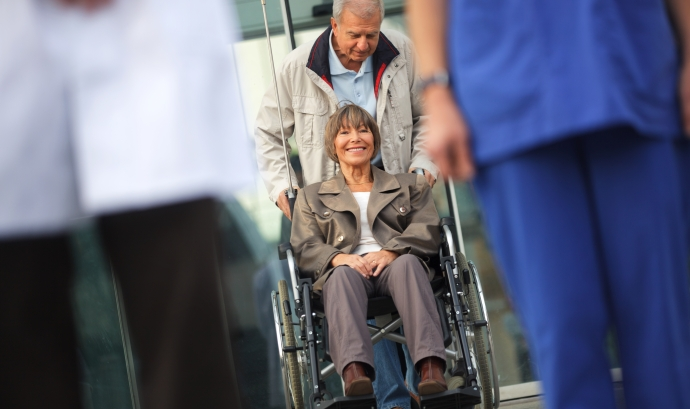'Grans Actius' fomenta el voluntariat mitjançant un servei d'acompanyament a visites mèdiques. Font: iStock