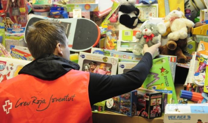 Un voluntari de la Creu Roja guardant joguines recollides Font: Creu Roja