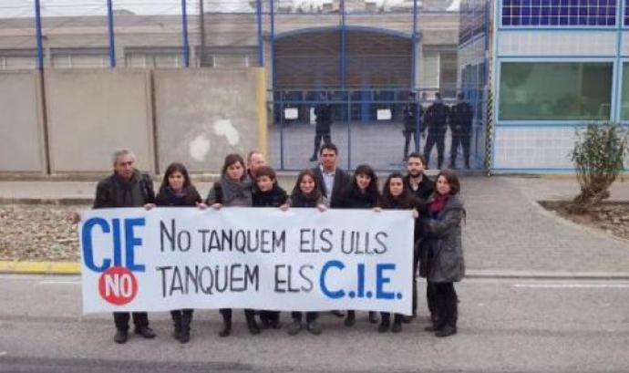 Membres de Migra Studium davant del CIE de la Zona Franca.  Font: Migra Studium