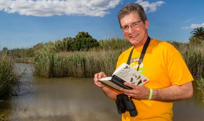 L'actor Fermí Fernàndez amb la samarret de l'Associació Mediambiental La Sínia i la polsera de la Setmana de la Natura