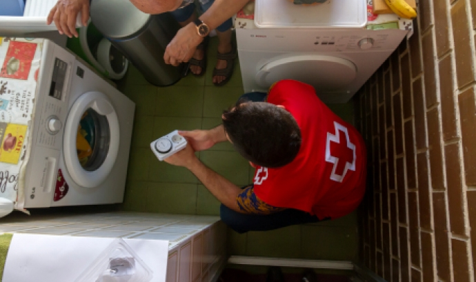 Un treballador de Creu Roja amb una família en situació de vulnerabilitat. Font: Creu Roja