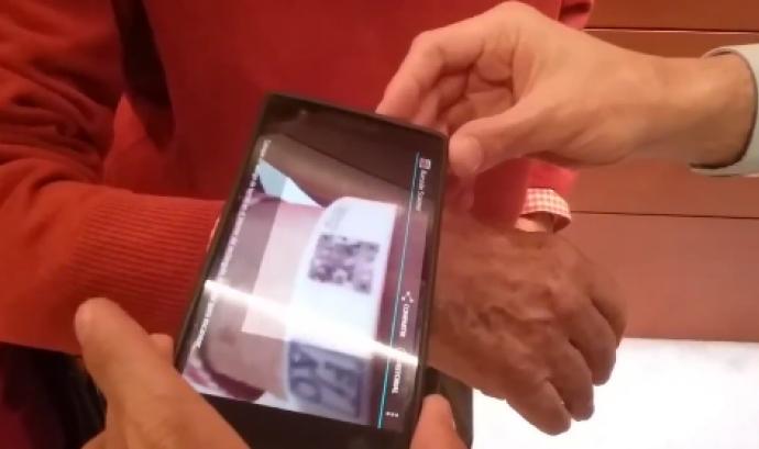 Polseres amb codi QR per a les persones amb Alzheimer Font: Mossos d'Esquadra