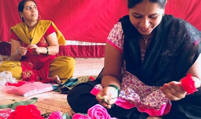 Dones índies elaborant roses artesanals per al Dia de Sant Jordi.