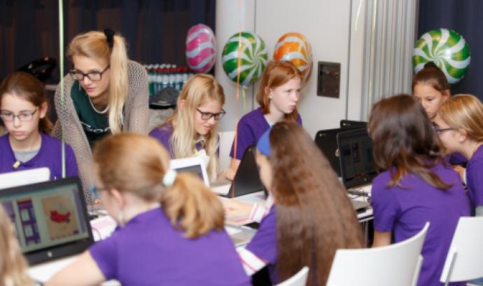 Grup de noies aprenent a programar Font: Europe Code Week