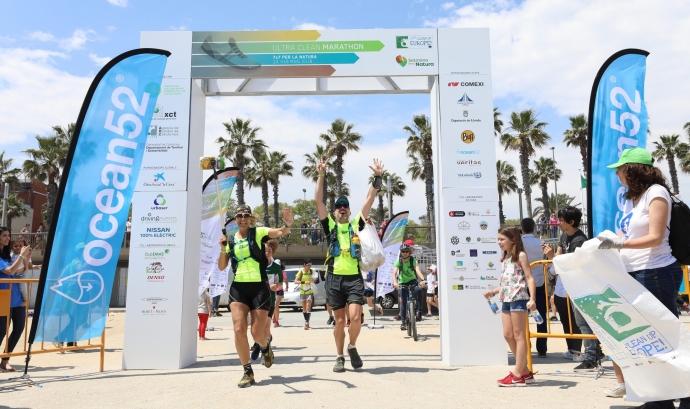Nicole Ribera i Albert Bosch creuen la meta de la setena i última marathó de l'Ultra Clean Marathon