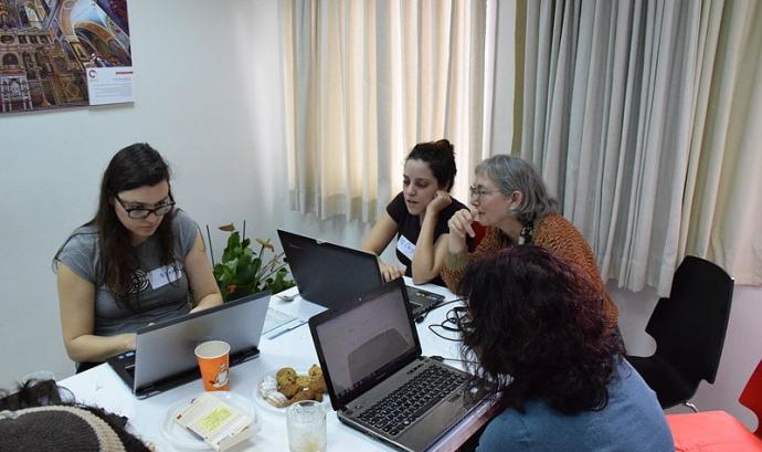 Es fan diferents trobades per ampliar la presència de les dones en la Viquipèdia