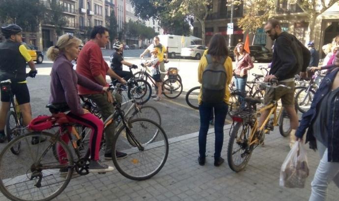 Recorrent el carrers de Barcelona en bicicleta
