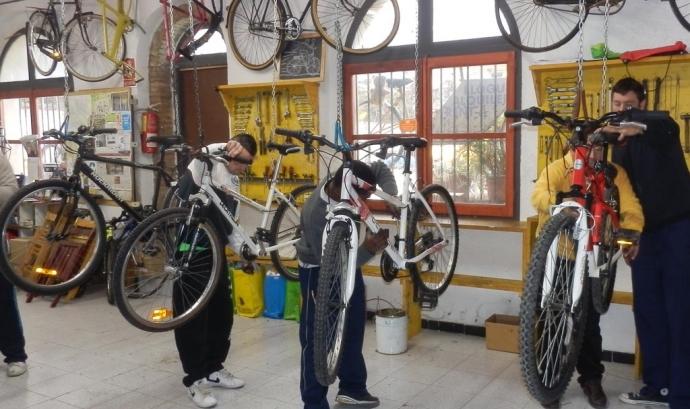 Curs d'autoreparació de bicicletes amb la cooperativa Biciclot (imatge: biciclot.coop)