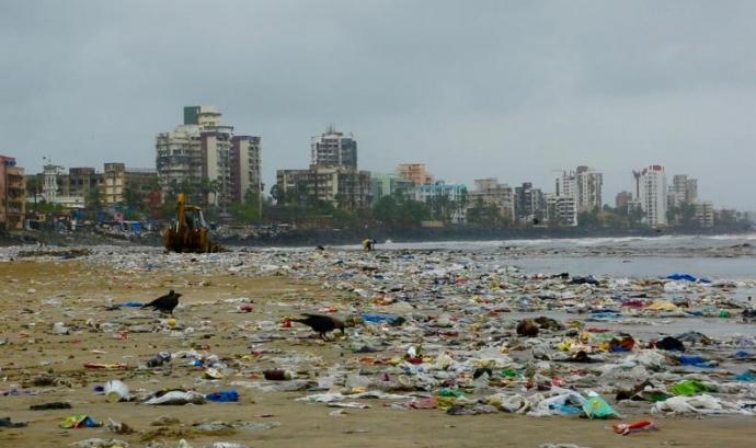 Platja soterrada en plàstic a Bombai, Índia