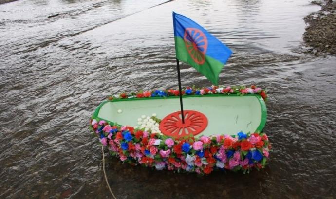 Ofrena de flors i espelmes als rius Font: