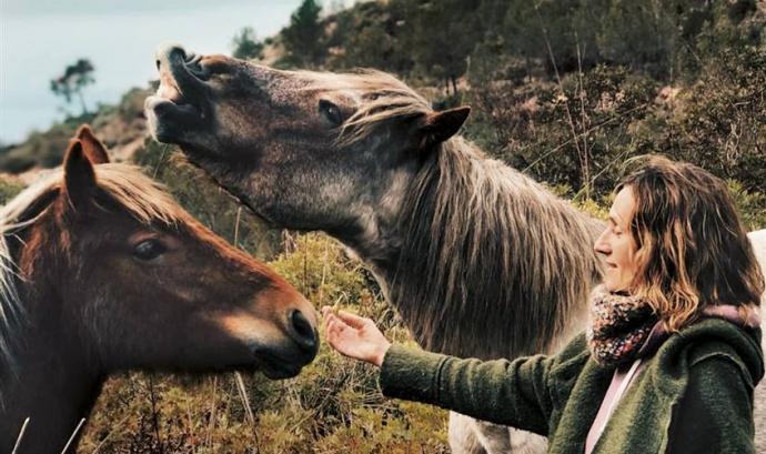 La Rosa Galindo acompanya als cavalls en el procés de tornar a ser éssers lliures. Font: Fundació Miranda