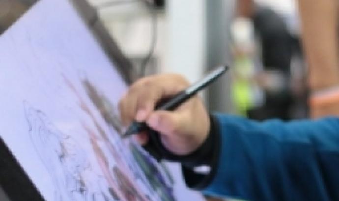 Fotografia d'una persona dibuixant sobre una tauleta gràfica. Imatge de Campus Party Mexico. Llicència d'ús CC BY 2.0