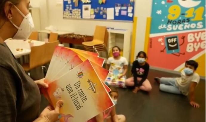 El llibre 'Un conte, una il·lusió' és un recull de cinc contes escrits per infants del Centre Obert del Casal dels Infants del Raval de Barcelona. Font: Casal dels Infants