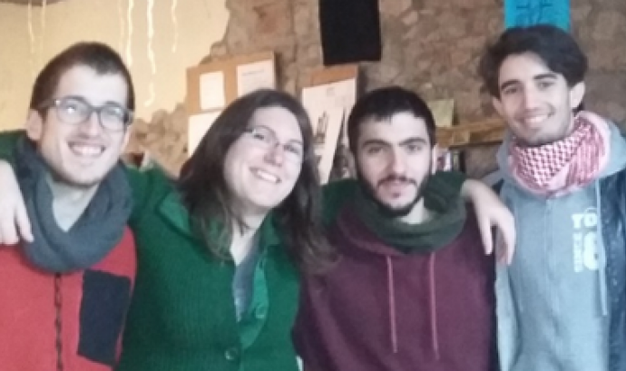 Quatre dels membres de la Junta que han respost l'entrevista: el Joan Codina, l'Helena Xandri, l'Arnau Cànovas i l'Albert López. Dalt de tot, el mític alien de l'Ateneu