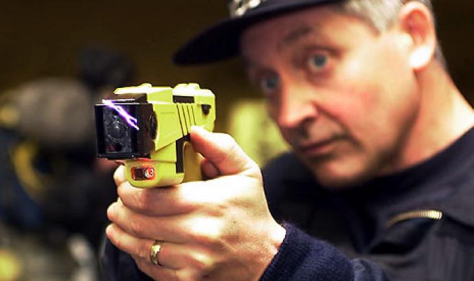 El Parlament retira l'ús de pistoles elèctriques contra persones amb problemes de salut mental Font: