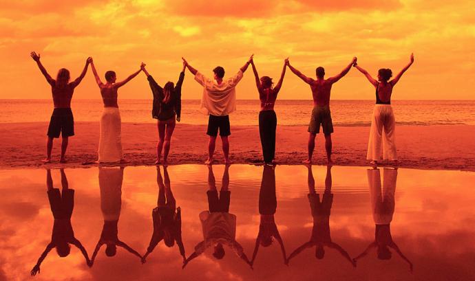 Imatge de diferents persones agafades de la mà Font: Xarxanet