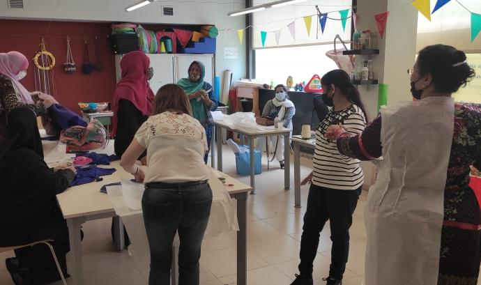 El grup de dones ha fet diversos tallers per aprendre a cosir amb diferents tècniques. Font: Sandra Pulido