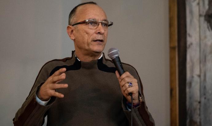 Carlos Leiva -UPRC- en una xerrada informativa sobre cànnabis medicinal Font: UPRC