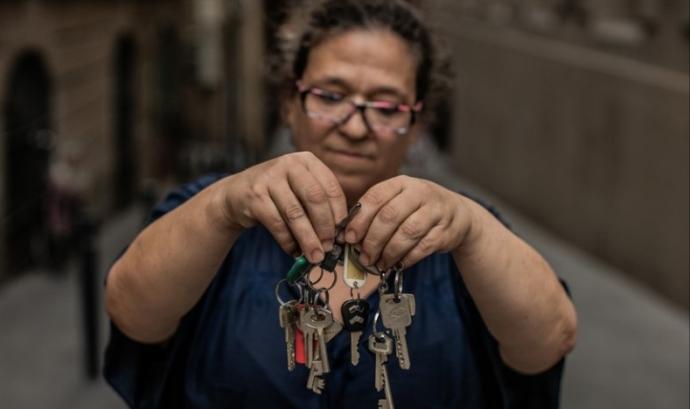 Una dona agafa diverses claus amb les mans, fotografia que encapçala l'informe d'Oxfam. Font: Oxfam
