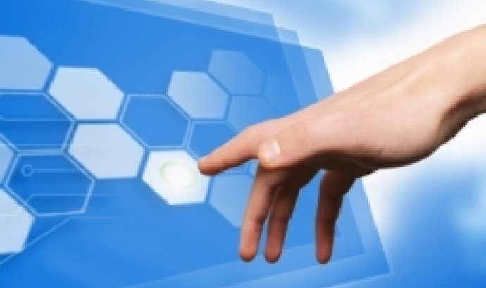 Una mà tocant una pantalla virtual