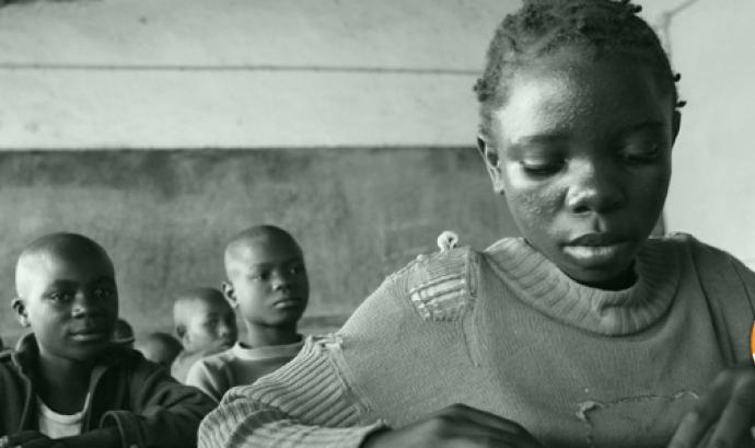 Fotografia nena senegalesa llegint Font: