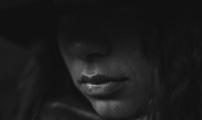 Una dóna expressa la seva emoció de tristor.