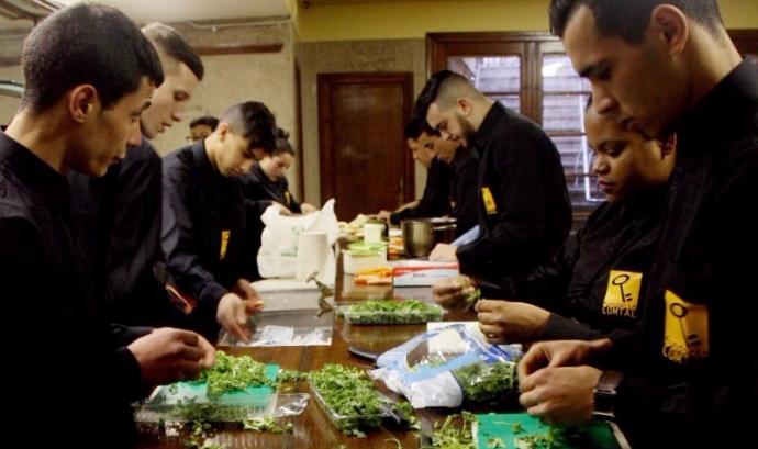 Formació de cuina dins els Programes de Formació i Inserció Font: Fundació Comtal