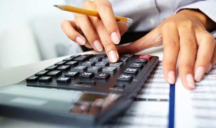 Calculadora i mans de comptable;Font:Infocif.es Font: