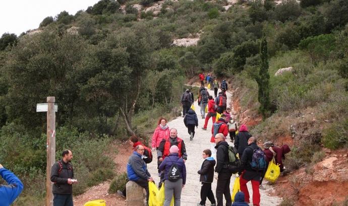 Jornada de voluntariat ambiental per la neteja dels boscos de Montserrat amb la Creu Roja Montserrat (imatge: creu roja montserrat)