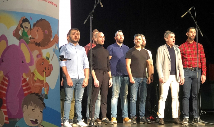 Els membres de Barcelona Gay Men's Chorus van amenitzar l'acte de presentació de la campanya de recollida de joguines.