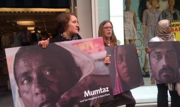 Activistes a una acció de la Campanya Roba Neta: Font: Facebook de Clean Clothes Campaign