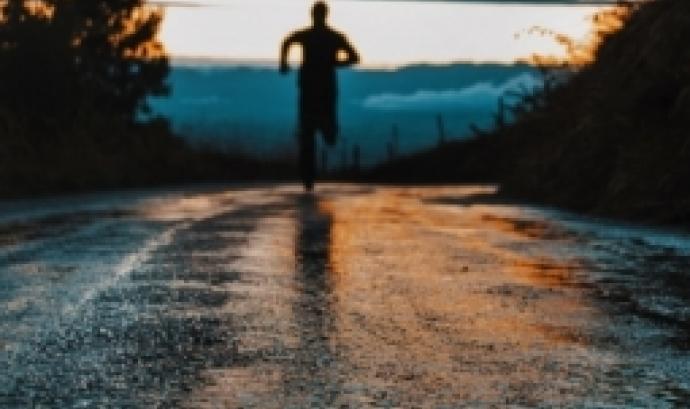 L'objectiu de la caminada és recaptar fons per la Fundació Esclerosi Múltiple (FEM). Font: Unsplash.