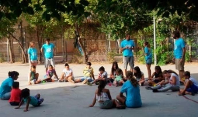 Activitat amb nens i nenes i monitros i monitores a l'aire lliure. Font: Fundació Pere Tarrés
