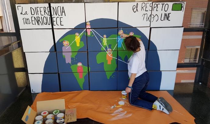 Una alumna treballa un dels materials de l'exposició sensibilitzadora que es pot visitar al Casal de Barri Torre La Sagrera. Font: [Rec]fugiades. Font: [Rec]fugiades