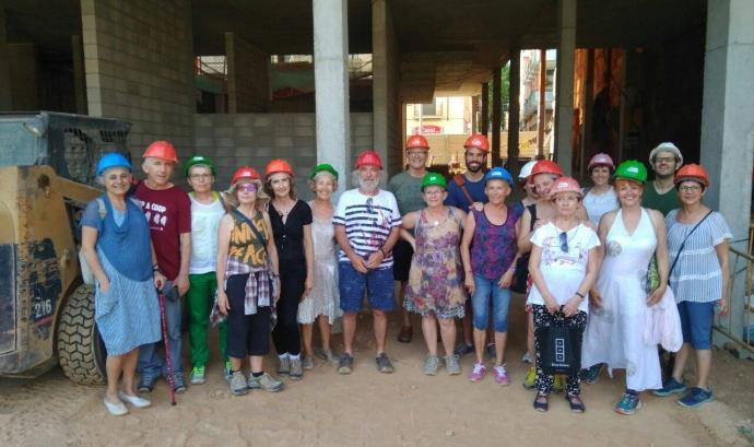 Grup de gent gran d'Etzekide visitant obres