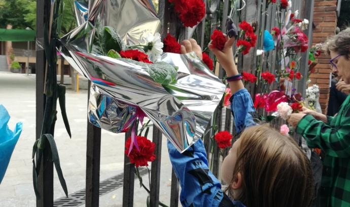 Una nena porta flors a l'escola Ramon Llull de Barcelona Font: @LaIntervia