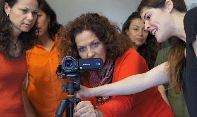 """Fotografia d'un altre taller del projecte """"La dona, teixint cultures"""""""