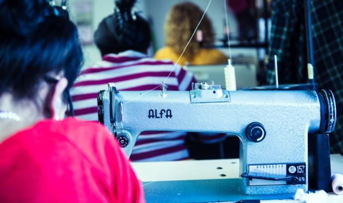 Des de Dona Kolors porten tots els processos  de la marca, es dissenya, es fan els patrons, s'escala, es talla, es cus i es comercialitza  Font: El Lloc de la Dona