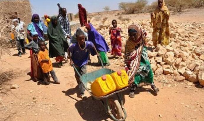 Persones transportant aigua a Etiòpia. Font: Intermón Oxfam
