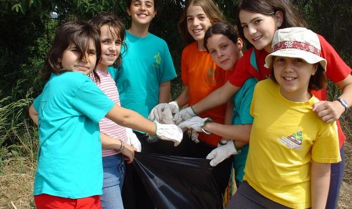 AEiG Sant Sadurní recollint residus durant els campaments