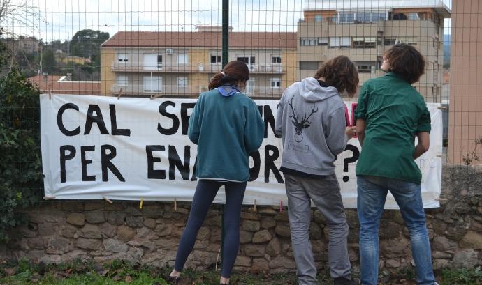 Membres de l'agrupament preparant les pancartes / Foto: AEiG Antoni Gaudí i AEiG Cardenal Lluch