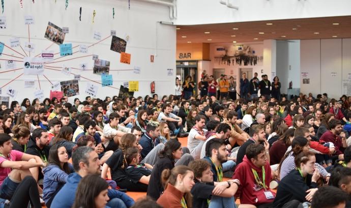 Caps (monitors/es voluntaris/àries) participants al Congrés de Caps, durant l'acte de cloenda