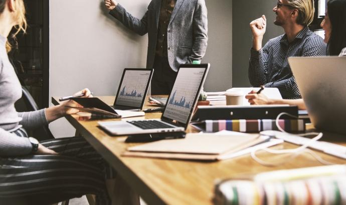 El taller dóna eines per afrontar el tancament de l'exercici comptable amb transparència i de manera eficient. Font: Unsplash