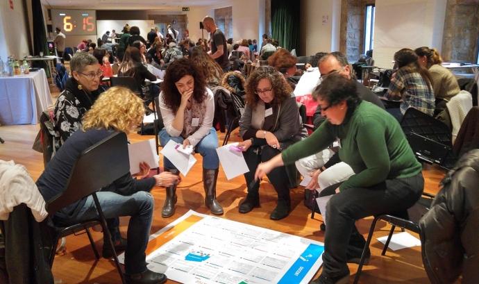 Persones participant en dinàmica en activtat de Aliança Educació 360