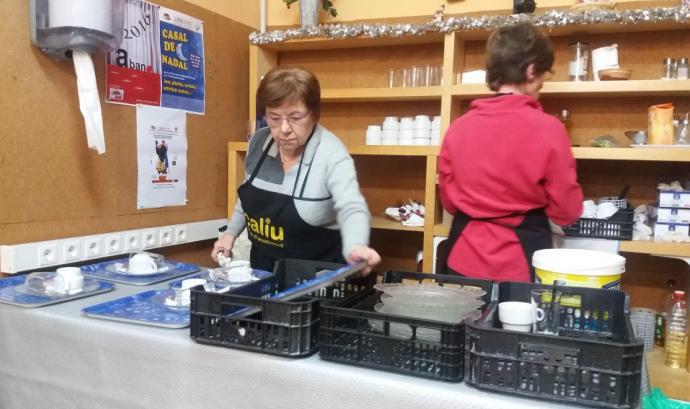 El Caliu ofereix esmorzars i dinars calents a les persones sense sostre, en situació de pobresa alimentària o màxima vulnerabilitat