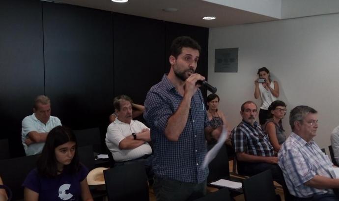 Intervenció de Jordi Calvo, del Centre Delàs, durant el ple de l'Ajuntament de Sant Cugat.