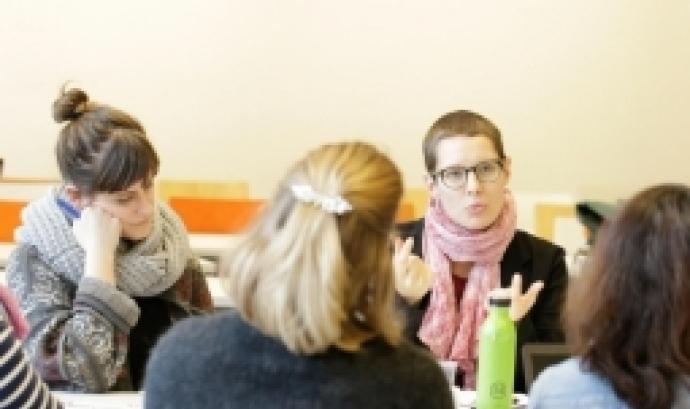 Noies participant en un espai de debat. Font: Coordinadora de Mentoria Social