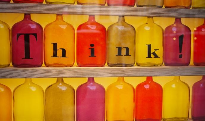 Botelles grogues i vermelles amb la paraula 'Think'